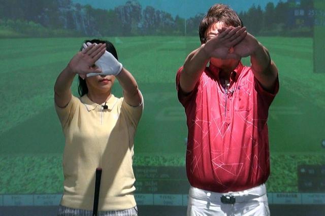 画像: 顔の前で両手で三角形のすき間を作り、そのすき間から遠くの目標を見る。