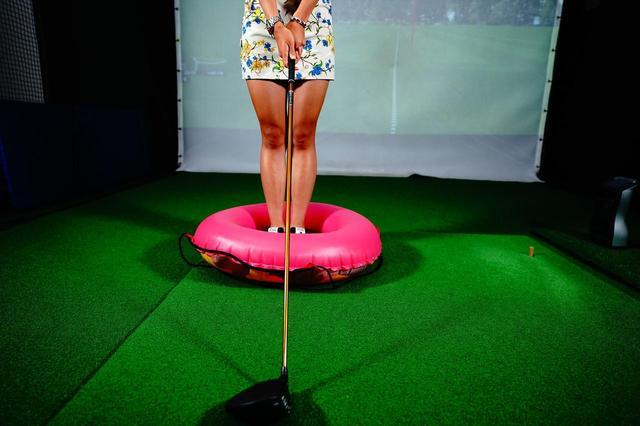 画像: 浮き輪の輪に入って両足をぴったりとつけてフィニッシュまで素振りをします!