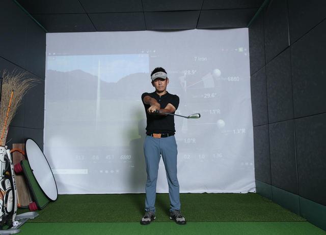 画像4: クラブを右回りの「∞」を描いて動かすことで手首の動きを覚える