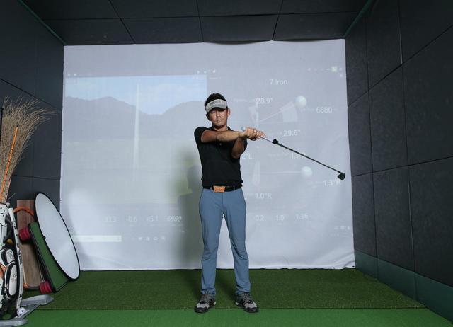 画像3: クラブを右回りの「∞」を描いて動かすことで手首の動きを覚える