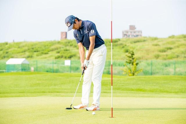画像: パターの構え方、打ち方をプロゴルファー・中村修に教えてもらおう