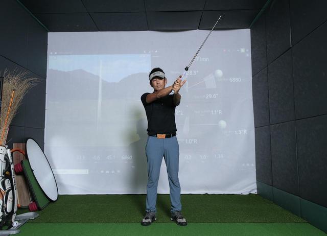 画像: クラブを右回りの「∞」を描いて動かすことで手首の動きを覚えるクラブを右回りの「∞」を描いて動かすことで手首の動きを覚える