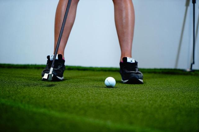 画像: バックスウィングを足の内側でヘッドを止めるくらいです