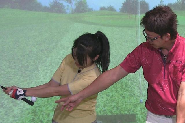 画像: 手首とグリップの間にボールを挟み、そのボールが落ちないようにバックスウィングする