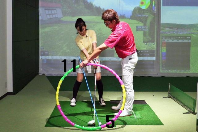 画像: 5時のボールの位置に対してまっすぐのラインで構えるには、頭の位置は11時の位置になくてはならない