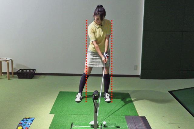 画像: 写真A:憲子の普段のアドレス。上半身だけ左に傾いてしまっている