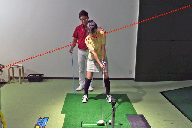 画像: 肩のラインを左肩上がりにすることで、ボールの打ち出し角も上がっていく。