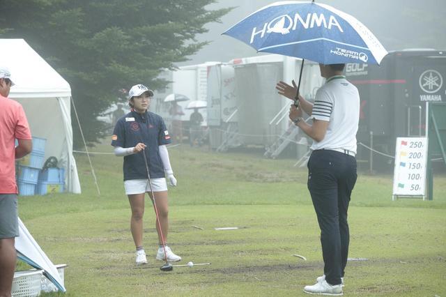 画像: NEC軽井沢72ゴルフトーナメント練習日、雨の中ひたむきに練習するボミとコーチの姿があった