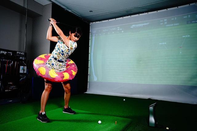 画像: マジメにやってます! 美女プロが教える「浮き輪ショットドリル」で飛ばせる下半身の動きを身につけよう【小澤美奈瀬の夏期集中レッスンvol.4】 - みんなのゴルフダイジェスト
