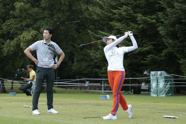 画像: AIG全英女子オープンで渋野日向子と優勝争いしたのも記憶に新しい世界ランク1位、コ・ジンヨンのコーチ、イ・シウ(写真左)と復活の道を歩むイ・ボミ(写真右)