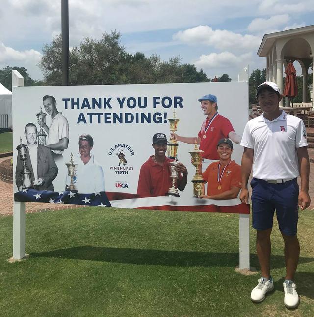 """画像: 全米アマの歴代覇者でもあるゴルフ界の""""レジェンド""""たちをバックに記念撮影におさまった金谷拓実"""