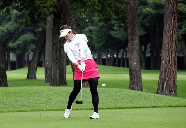 画像: ピッチャーの投げる動作のほうが、バッティングよりもゴルフのフォームに近いと話す甲田良美