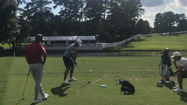 画像: アライメント棒を斜めに立て低く振り抜く練習をするケプカ