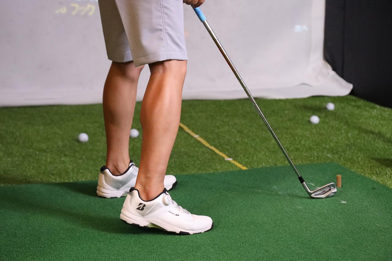 画像: 右足のかかとを5センチ浮かして構える柴田。ふくらはぎに力が入っているのが分かる