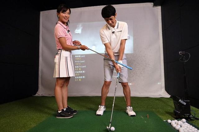 画像: 右足のかかとを上げるだけで、左に体重が乗りやすくなりダウンブローで捉えられるようになった柴田。
