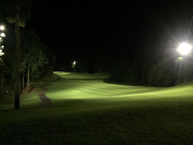 画像: コースを照明で照らし、日没後にプレーするナイターゴルフ