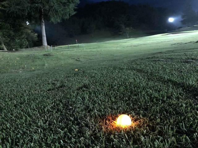画像: 照明が当たりきらないラフなどに落ちても見つけやすいのは明確なメリット