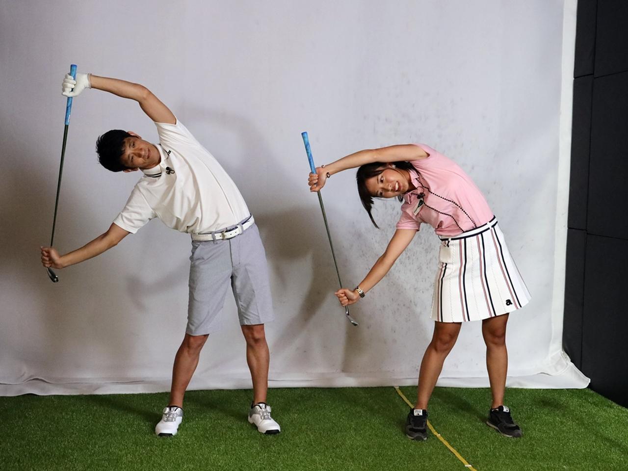 画像: クラブの両端を持ちバンザイの要領で上に持ち上げる。その体勢のまま体を横に倒そう