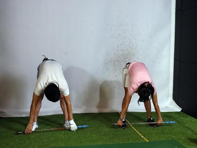 画像: クラブを持ちながら前屈。柴田さん、体柔らかっ!