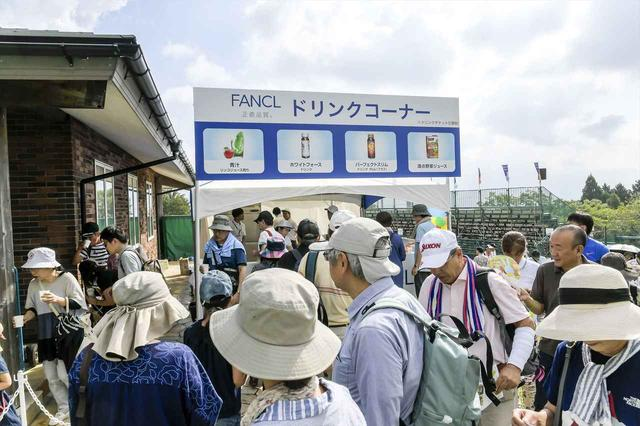 画像: 青汁や野菜ジュースなどファンケル商品を試せるドリンクコーナーも長蛇の列