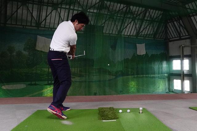 画像: 練習場では連続打ちドリルが効果的。家練と同じくボールが置かれているラインを意識しよう