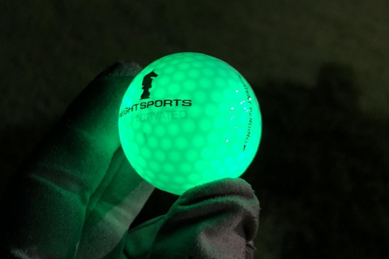 """画像: 残暑厳しいこの時期の""""ナイターゴルフ""""で試す価値アリ!? 「光るボール」でラウンドしてみた - みんなのゴルフダイジェスト"""