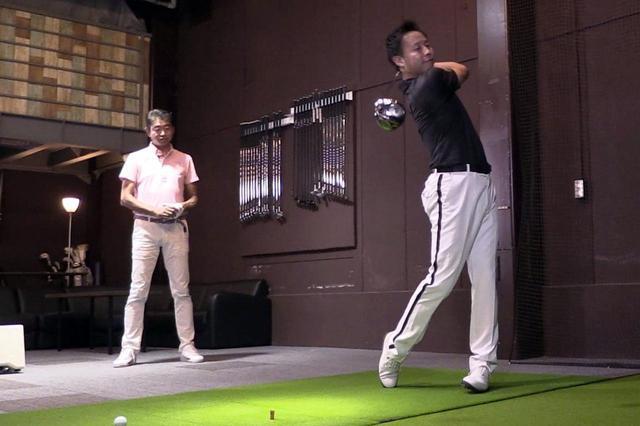 画像: ノリー(右)がヘッドスピードで45m/sくらい、中村(左)がヘッドスピード40m/sくらいのゴルファーをイメージして試打。ちなみにノリーはどちらかというと払い打つドローヒッター。中村は上から潰すように打つフェードヒッター