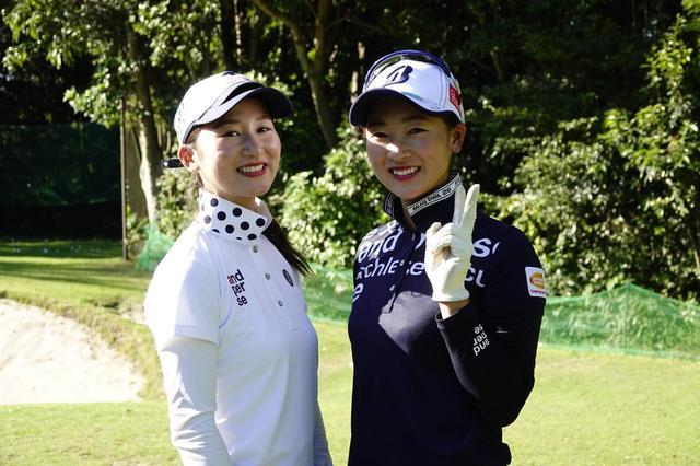 画像: 姉の唯里さん(左)と松田鈴英。頼れる姉が寄り添うことで、松田の表情も普段以上にリラックスしているように見える