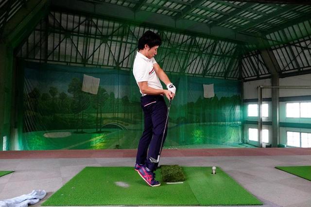 画像: 地面を蹴り上げた反動で体が伸び上がってしまうアマチュアが多いと原田