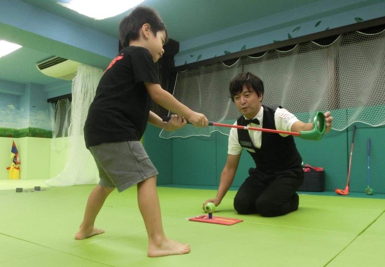 画像: 子ども向けのゴルフスタジオをオープンさせた今野。スナッグゴルフを通じ、子どもたちにゴルフの魅力を伝えていく