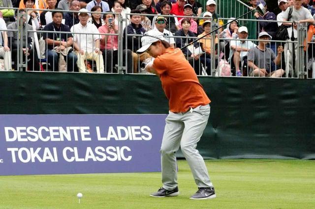 画像: トップにクラブが収まる寸前に左足を踏み込み、そこからキレよく腰をターゲット方向に向けている