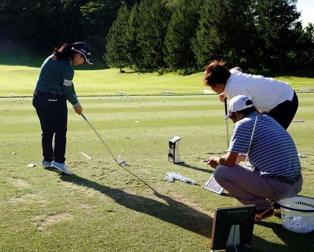画像: 選手の真正面にカメラ式計測器「GC4」、後方にレーダー式の「トラックマン」。2台の計測器を使って風の影響を計測しながらの練習をする竹尾咲希と工藤遥加