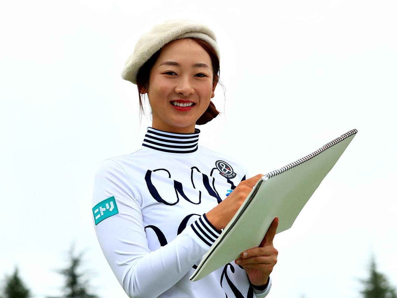 画像: 松田鈴英もベレー帽を被ってお絵描き。実はこの企画が生まれたのも「絵心には自信があるんです」という松田との会話が発端