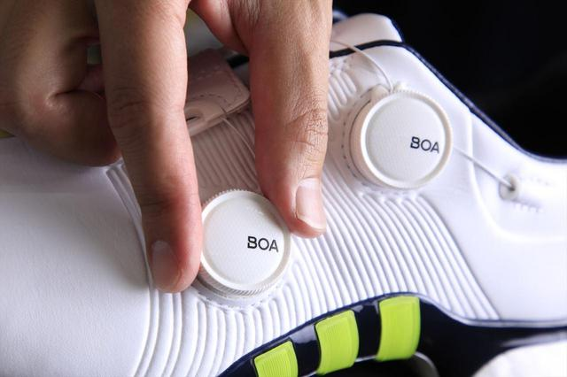 画像: ボアダイヤルが2つついており、足を全周囲からホールドできる「ツアー360XTツインボア」
