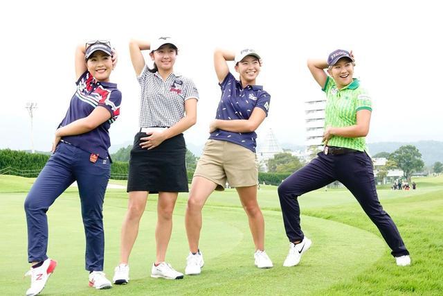 画像: 青木(左)、成田(右)、アマチュアの西澤歩未(左から2番目)と宝塚の「花組ポーズ」を披露する渋野