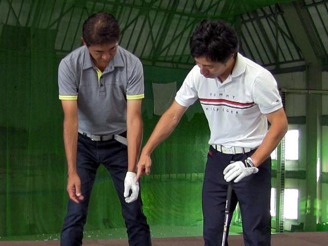 画像: 適正グリップのチェック法を中村が試すと、両手の甲は体の外側を向いた。これは原田と同じスクェアグリップタイプ