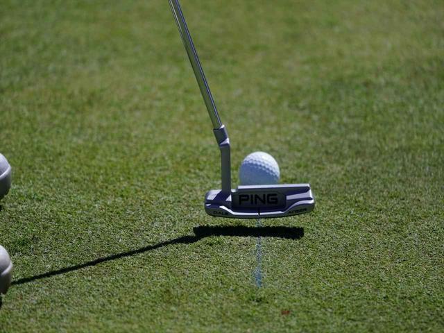 画像: グリーンに線を引き、それをなぞるようにストロークするドリルを繰り返していた