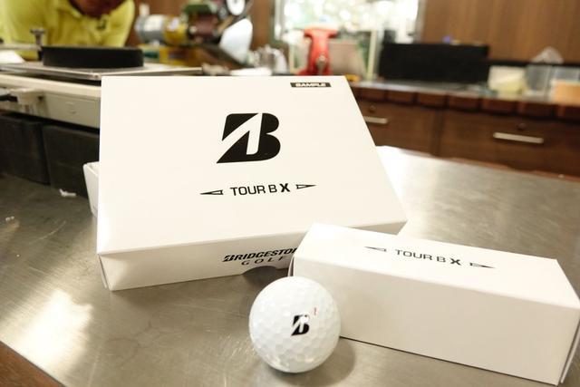 """画像: 「白い箱」の中身はブリヂストンの新しいボール""""TOUR B X"""""""