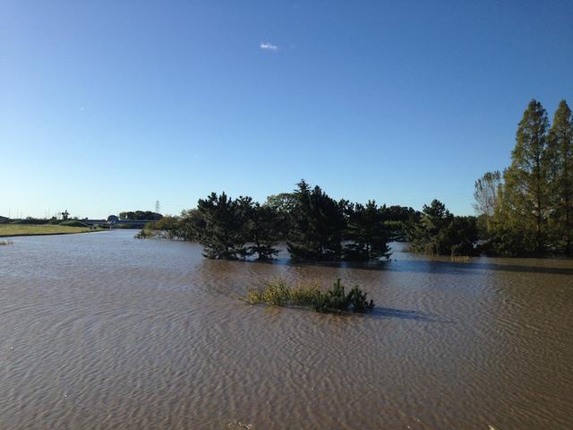 画像: もとはコースのど真ん中であったはずの場所も、湖のような景色に……