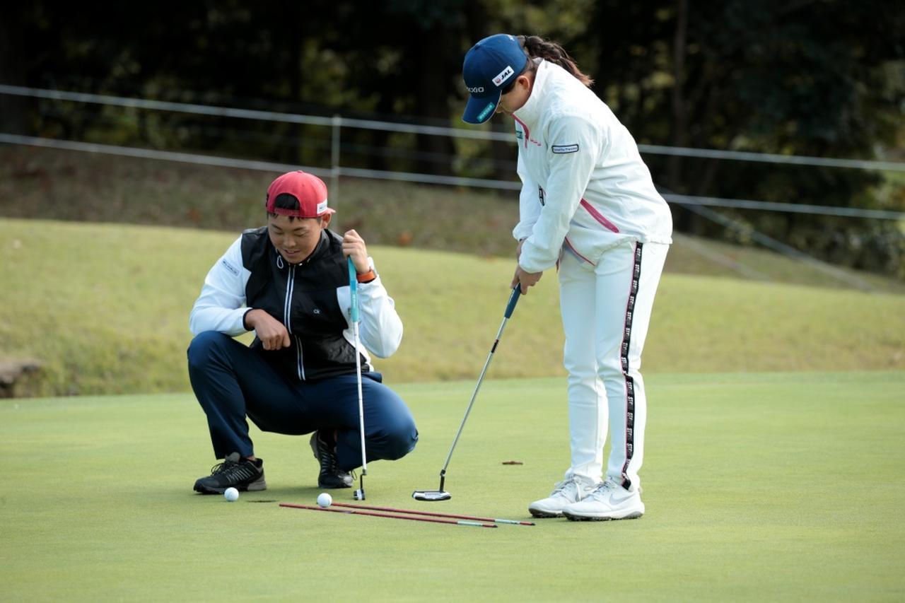 画像: レフティパターを手にした勝は1メートルほどの距離を反復練習。木村翔キャディが持っているのが勝のエースパター