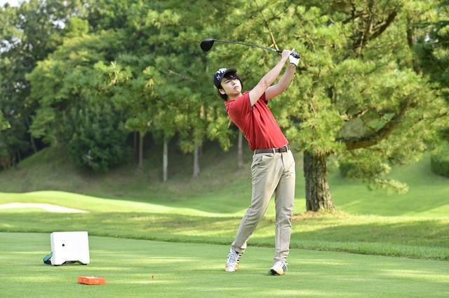 画像: 打点マーカーをフェース面に貼り付けて3球打ち、ブレ幅がどのくらい抑えられるのかをたしかめる