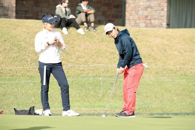 画像: 練習グリーン上でパット戦を始めた成田美寿々(左)と穴井詩(右)