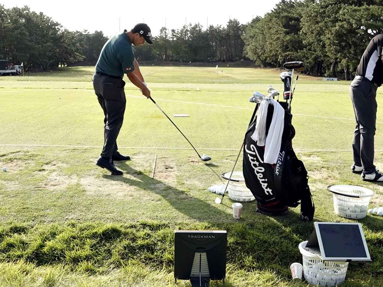 画像: 日本オープン練習日もアダム・スコットはトラックマンでデータ計測しながら練習を重ねていた