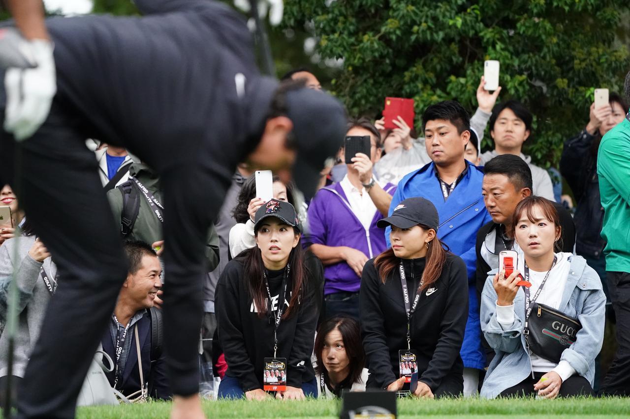 画像: マキロイらのプレーを食い入るように見つめる左から笠りつ子、渋野日向子、有村智恵の面々。他にも多数のプロゴルファーが来場し、世界のトップのプレーを見守った
