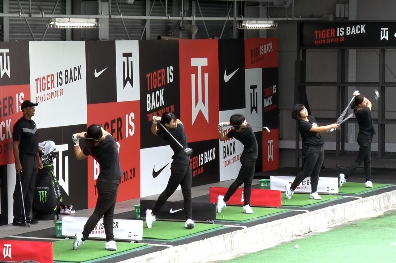 画像: タイガーからのアドバイスを受け、難易度の高い練習をこなす明治大学女子ゴルフ部員