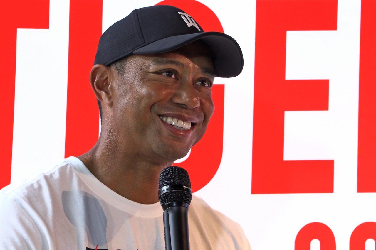 画像: ファンの前で笑顔を見せたタイガー・ウッズ