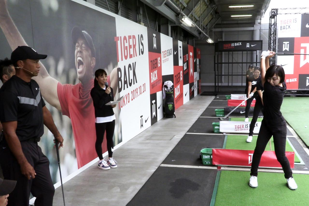 画像: 明治大学女子ゴルフ部の練習を観察するタイガー