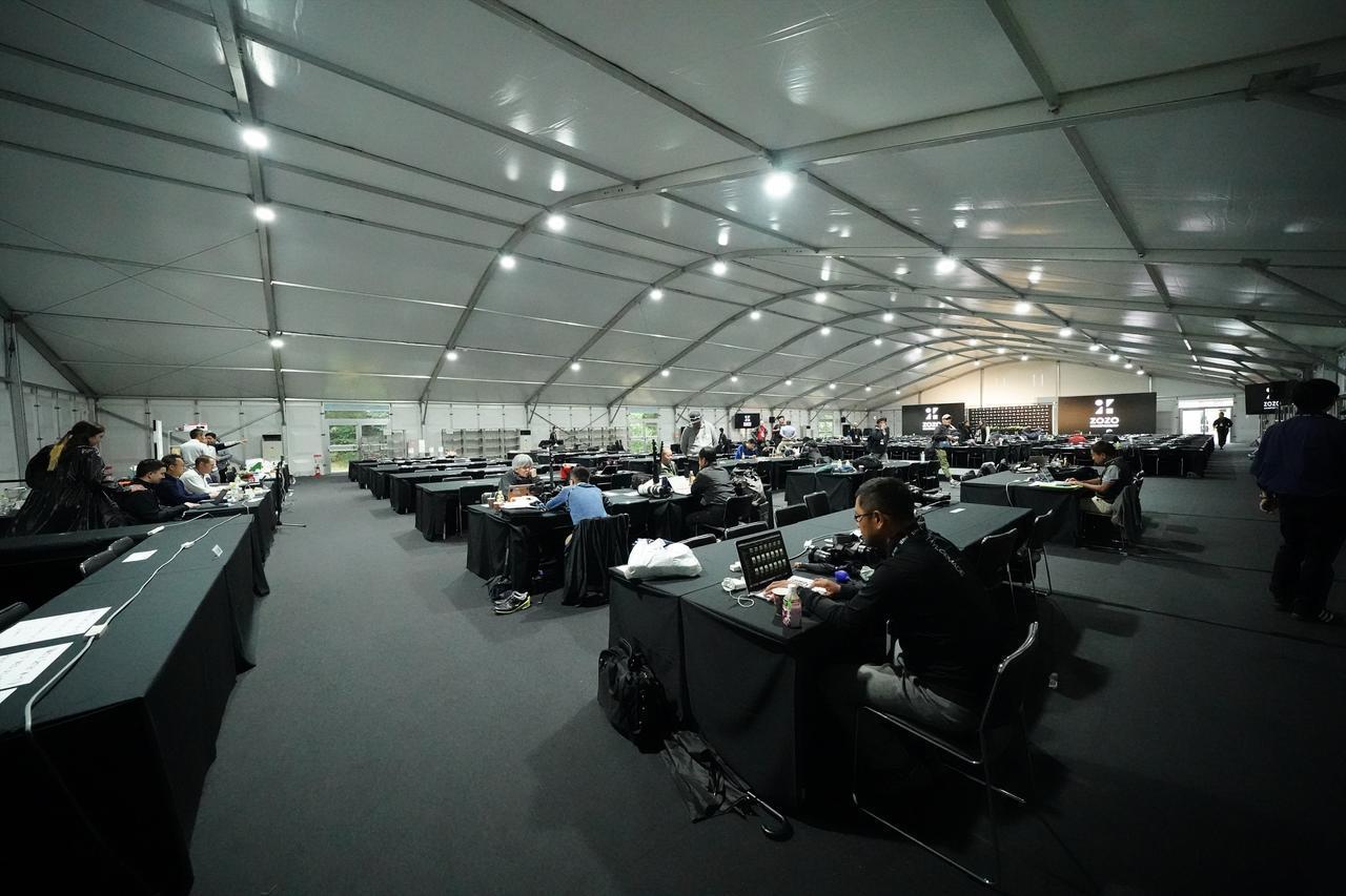 画像: コースの練習場に設置された国内のトーナメントでは目にできない海外メジャー並みのメディアセンター(写真/姉崎正)