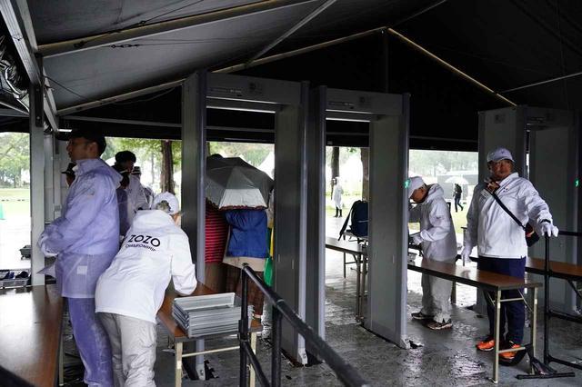 画像: 入口ゲートでは空港並みの金属探知機でセキュリティチェック(写真/姉崎正)