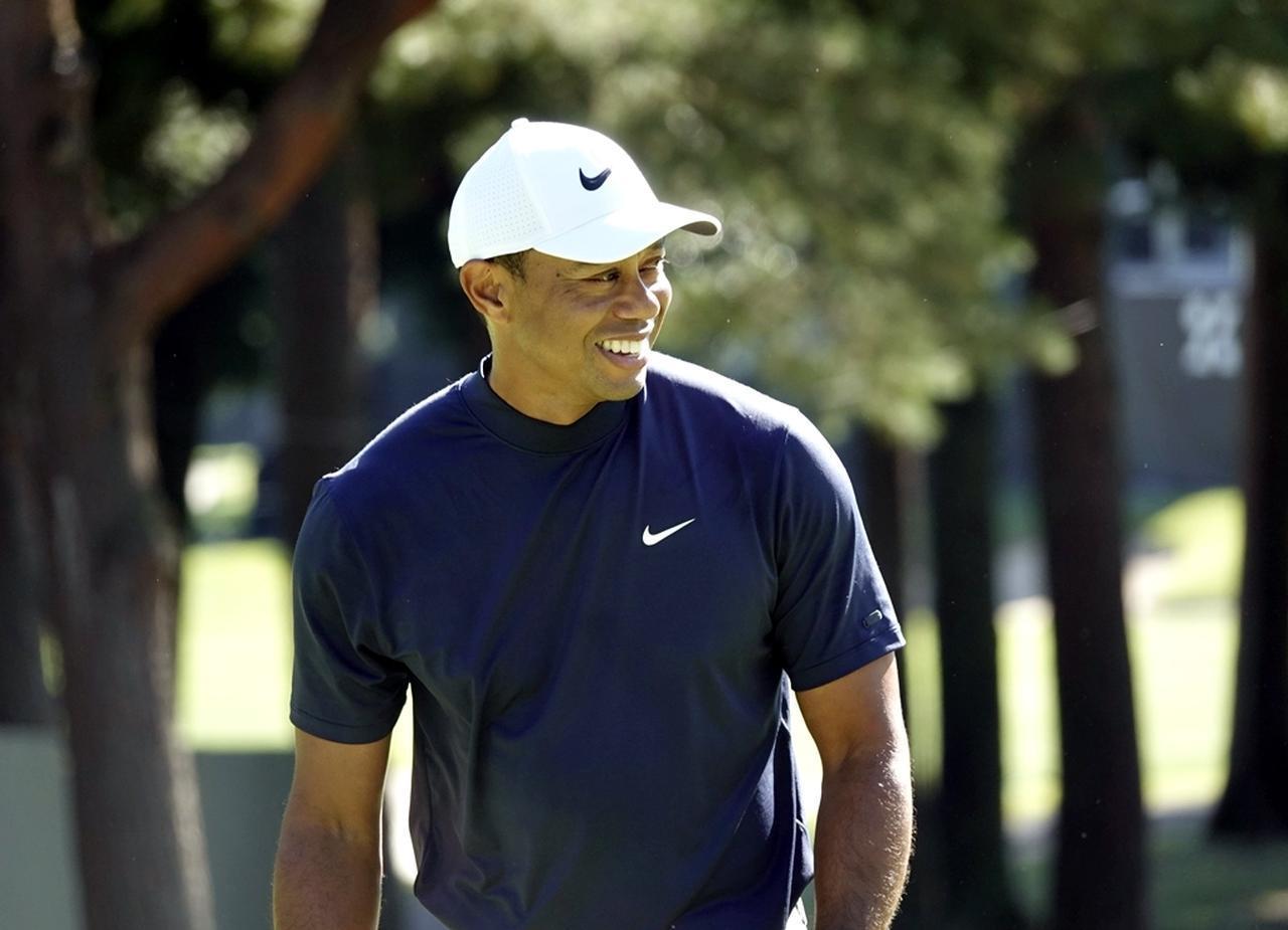 画像: コースを回りながら笑顔を見せたタイガー